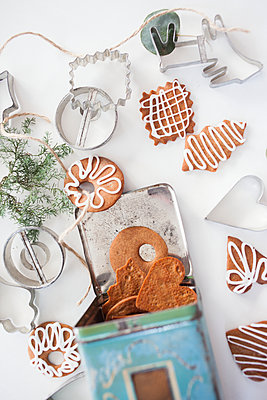 Gingerbread cookies and pastry cutters - p312m1470351 by Christina Strehlow