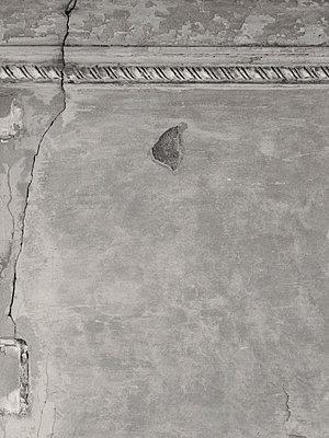 Broken wall - p444m1041394 by Müggenburg