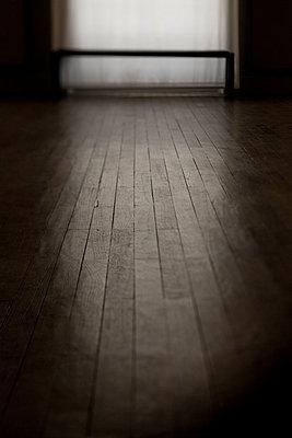 Licht fällt auf Holzfußboden - p445m1452431 von Marie Docher