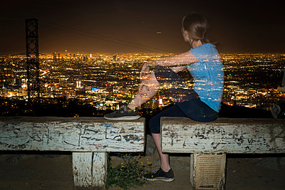 Long exposure of jogger on bench looking away at view, Runyon Canyon, Los Angeles, California, USA - p924m1422781 by Raphye Alexius