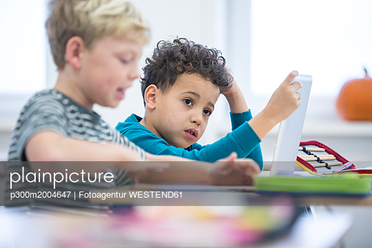 Pupils with tablet in class - p300m2004647 von Fotoagentur WESTEND61