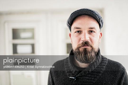Portrait of man with full beard - p586m1496253 by Kniel Synnatzschke