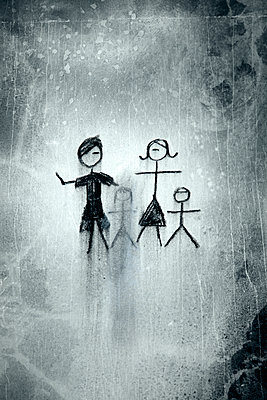 Charcoal drawing, family with children - p1248m2228849 by miguel sobreira