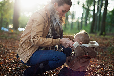 Mother and male toddler in woodland - p429m898255 by Attia-Fotografie