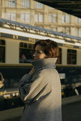 Junge Frau am Bahnsteig - p600m2073004 von Laura Stevens