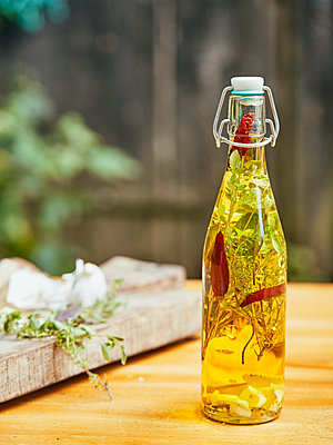 Oil with herbs in a bottle - p962m2175438 by Robert Schlossnickel