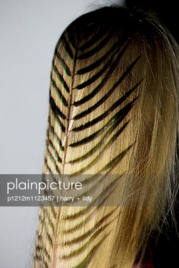 Projektion Palmblatt auf blonde Haare - p1212m1123457 von harry + lidy
