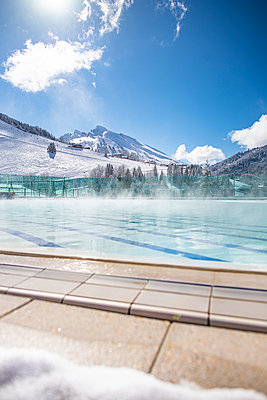 France, La Clusaz, Swimming pool in winter in the mountains - p1007m2216605 by Tilby Vattard