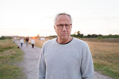 Portrait of senior man - p312m2138769 by Viktor Holm