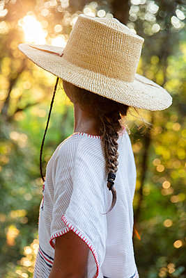 Girl wearing straw hat - p756m2125061 by Bénédicte Lassalle