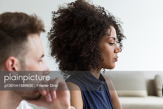 Kollegin und Kollege denken gemeinsam über Projekt nach  - p1301m1589630 von Delia Baum
