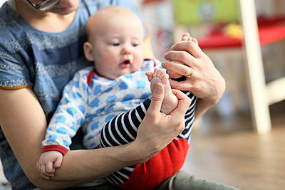 Mutter spielt mit Baby - p1258m1539288 von Peter Hamel