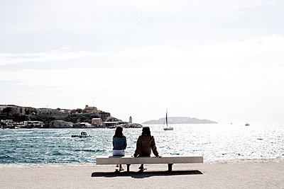 two person seating in front of the sea - p445m1153178 by Marie Docher