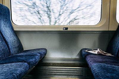 Blick aus dem Fenster eines fahrenden Zuges in England - p795m2184262 von JanJasperKlein