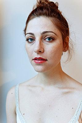 Portrait einer jungen Frau - p8000134 von Emma McIntyre