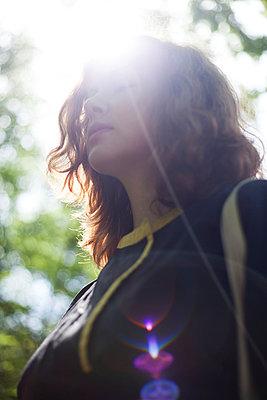 Junge Frau im Gegenlicht - p906m946074 von Wassily Zittel