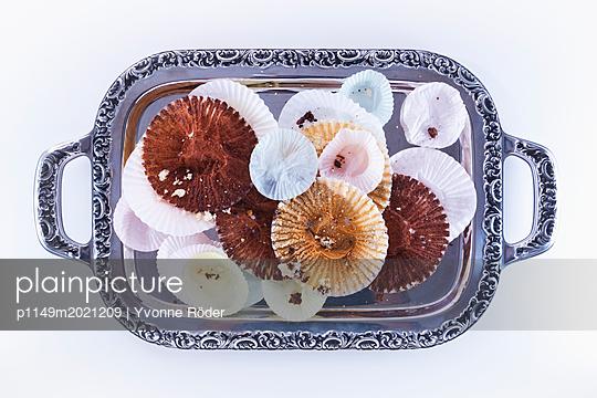 Papierreste auf Silbertablett - p1149m2021209 von Yvonne Röder
