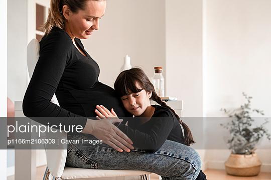 plainpicture - plainpicture p1166m2106309 - young mother pregnant with ... - DEEPOL by plainpicture