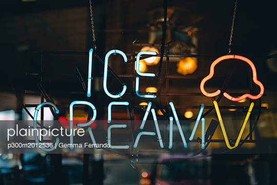 United States, neon advertising for ice cream - p300m2012536 von Gemma Ferrando