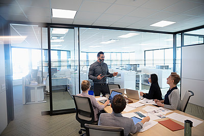 Businessman leading conference room meeting - p1192m2040957 by Hero Images