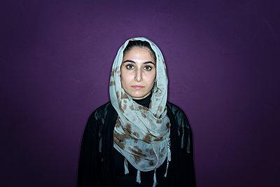 Porträt einer muslimischen Frau mit Kopftuch - p427m1461911 von R. Mohr