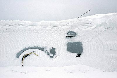 Car under snow - p8520001 by Astrid Schulz