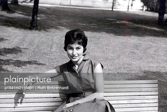 Young woman on a park bench - p1541m2116881 by Ruth Botzenhardt