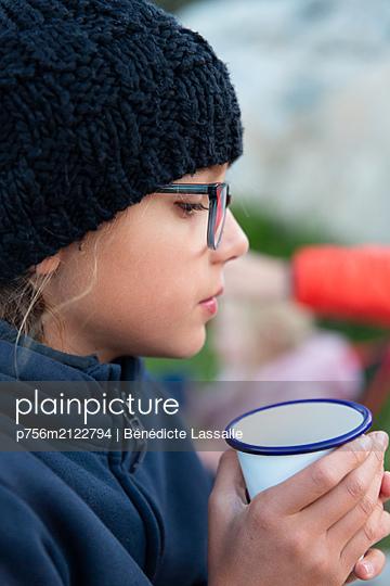 Girl holding cup - p756m2122794 by Bénédicte Lassalle