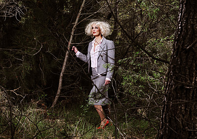 Business woman in a dark forest - p1081m2277871 by Cédric Roulliat