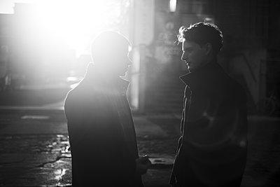 Zwei junge Männer im morgendlichen Gegenlicht - p1325m1222912 von Antje Solveig