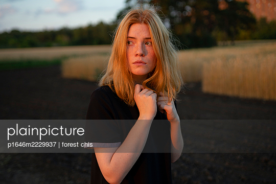 Ängstliche junge Frau auf einem Acker - p1646m2229937 von Slava Chistyakov