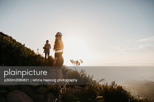 South Africa, Cape Town, Kloof Nek, two women on a trail at sunset - p300m2080821 by letizia haessig photography
