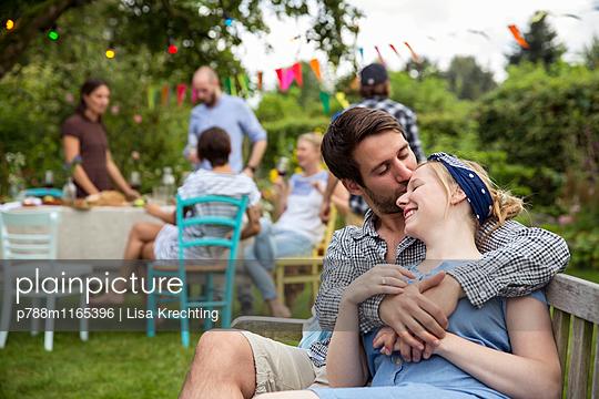 Liebespaar auf der Gartenbank - p788m1165396 von Lisa Krechting