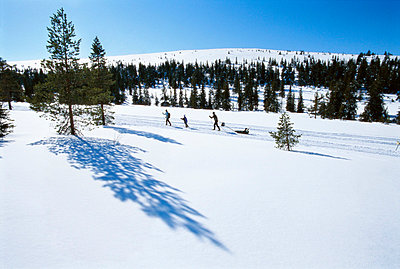A family out skiing - p5754731 by Berit Djuse