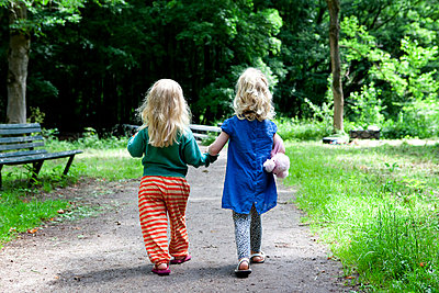 Two little girls holding hands - p896m836161 by Anke Teunissen