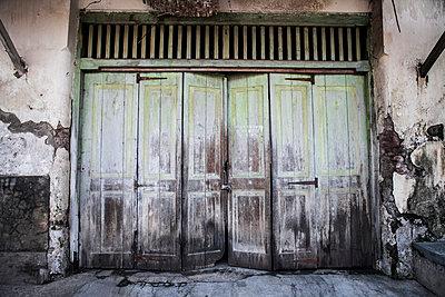 Fensterladenfront bei Tenganan, Indonesien - p979m910051 von Gleiser