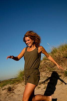 Frau in Dünen - p1212m1168605 von harry + lidy