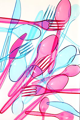 Plastic cutlery on white background - p450m1586582 by Hanka Steidle