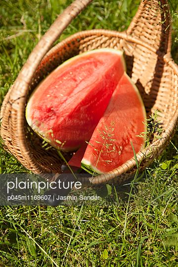 Melonenstücke im Korb - p045m1169607 von Jasmin Sander
