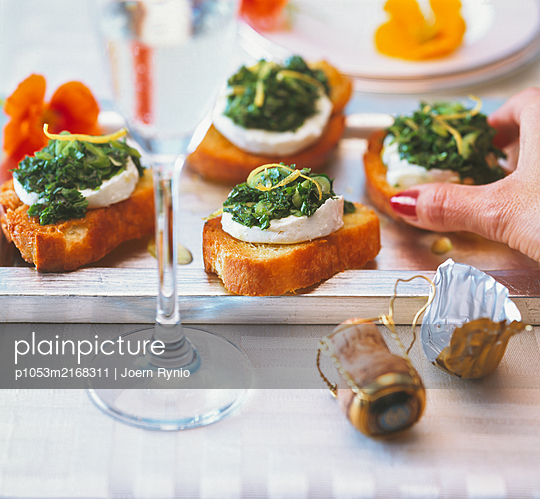 Crostini with goat cheese and herbs - p1053m2168311 by Joern Rynio