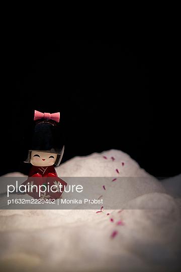 Geisha-Figürchen im Schnee - p1632m2229462 von Monika Probst