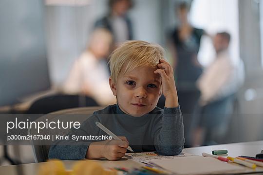 Portrait of boy painting in office - p300m2167340 by Kniel Synnatzschke
