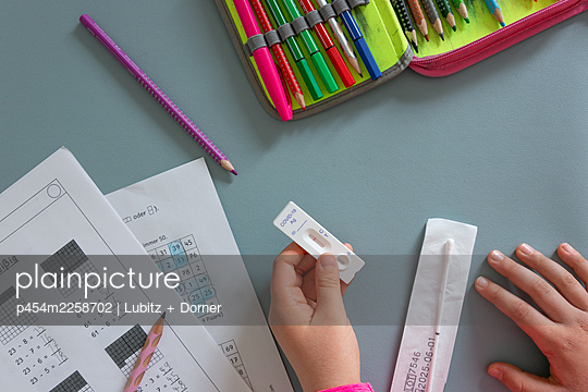 Primary school pupil with Covid test  - p454m2258702 by Lubitz + Dorner