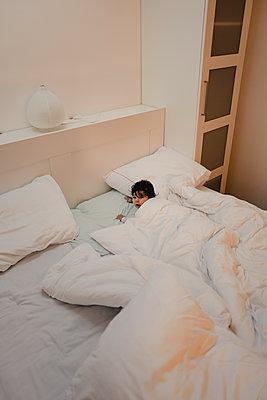 Baby im Elternbett - p586m2089177 von Kniel Synnatzschke