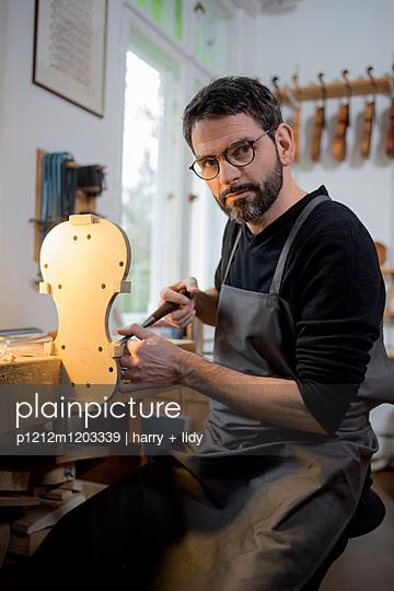 Geigenbauer beginnt Neubau einer Geige in der Werkstatt - p1212m1203339 von harry + lidy