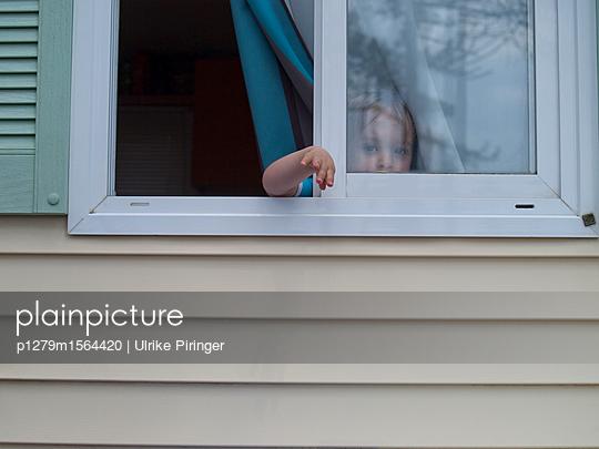 Kleinkind winkt zum Abschied - p1279m1564420 von Ulrike Piringer