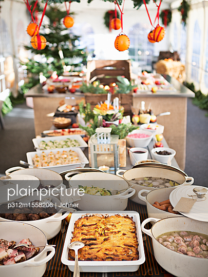 plainpicture | Photo library for authentic images - plainpicture p312m1558206 - Dishes prepared for dinner - plainpicture/Johner
