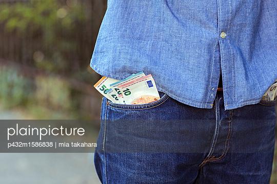 Mann mit einigen Geldscheinen in der Hosentasche - p432m1586838 von mia takahara