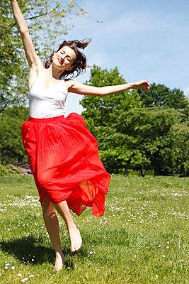 Dancing happily - p045m816846 by Jasmin Sander