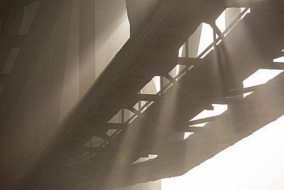 Brücke bei Sonne und Nebel - p199m924373 von Oliver Jäckel